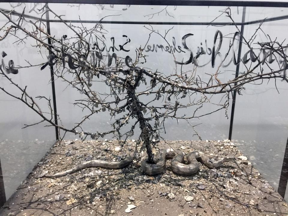 """Anselm Kiefer.  Dans le Livre des Nombres, Yahweh dit à Moïse, après avoir fait pleuvoir des serpents brûlants sur le peuple d'Israël : « """"Fais-toi un serpent brûlant et place-le sur un poteau ; quiconque aura été mordu et le regardera, conservera la vie."""" Moïse fit un serpent d'airain et le plaça sur un poteau [...]. »"""